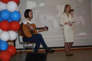 Подпись. Ученицы 9 класса исполняют песню.